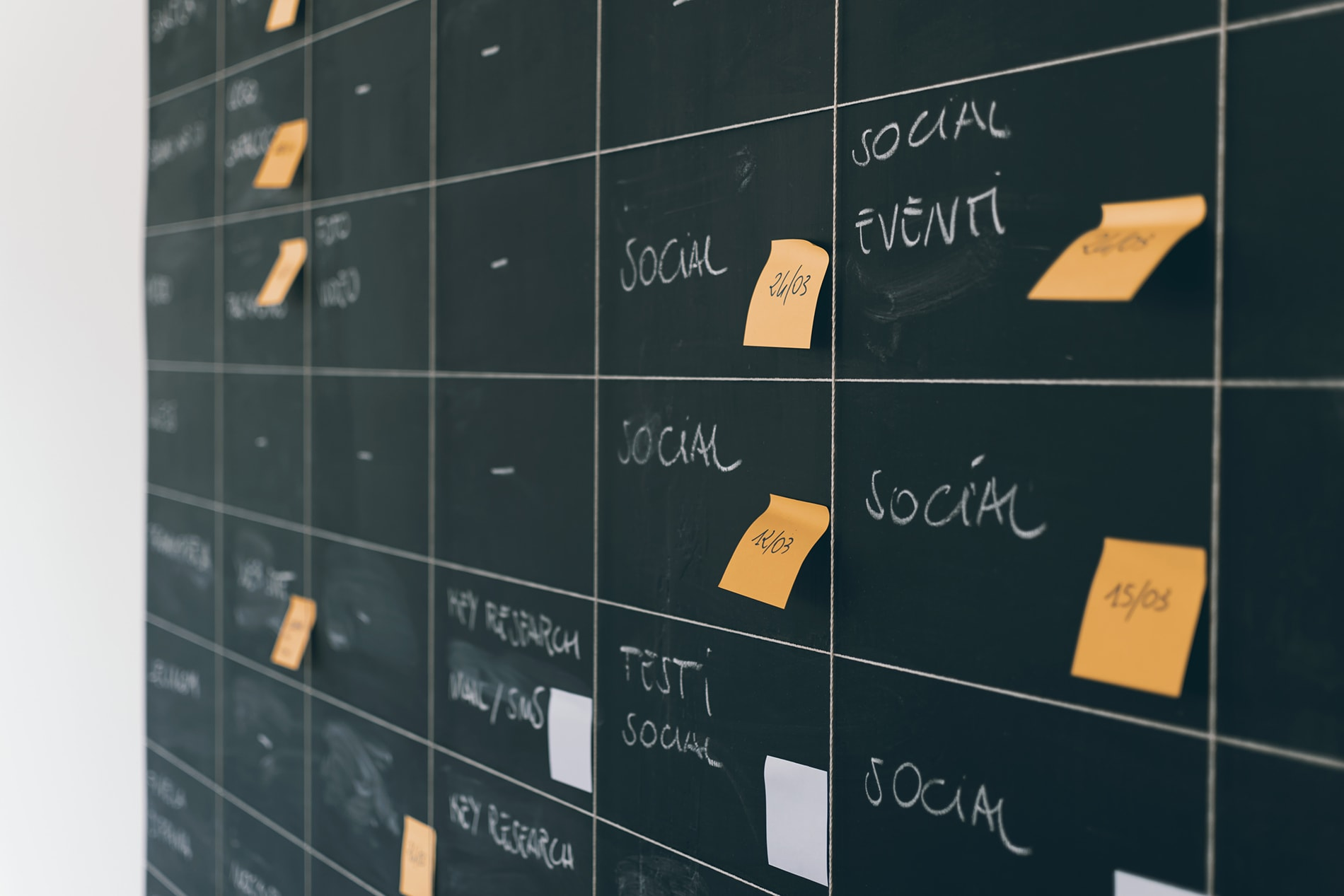 social-media-project-plan-calendar-black-board-min