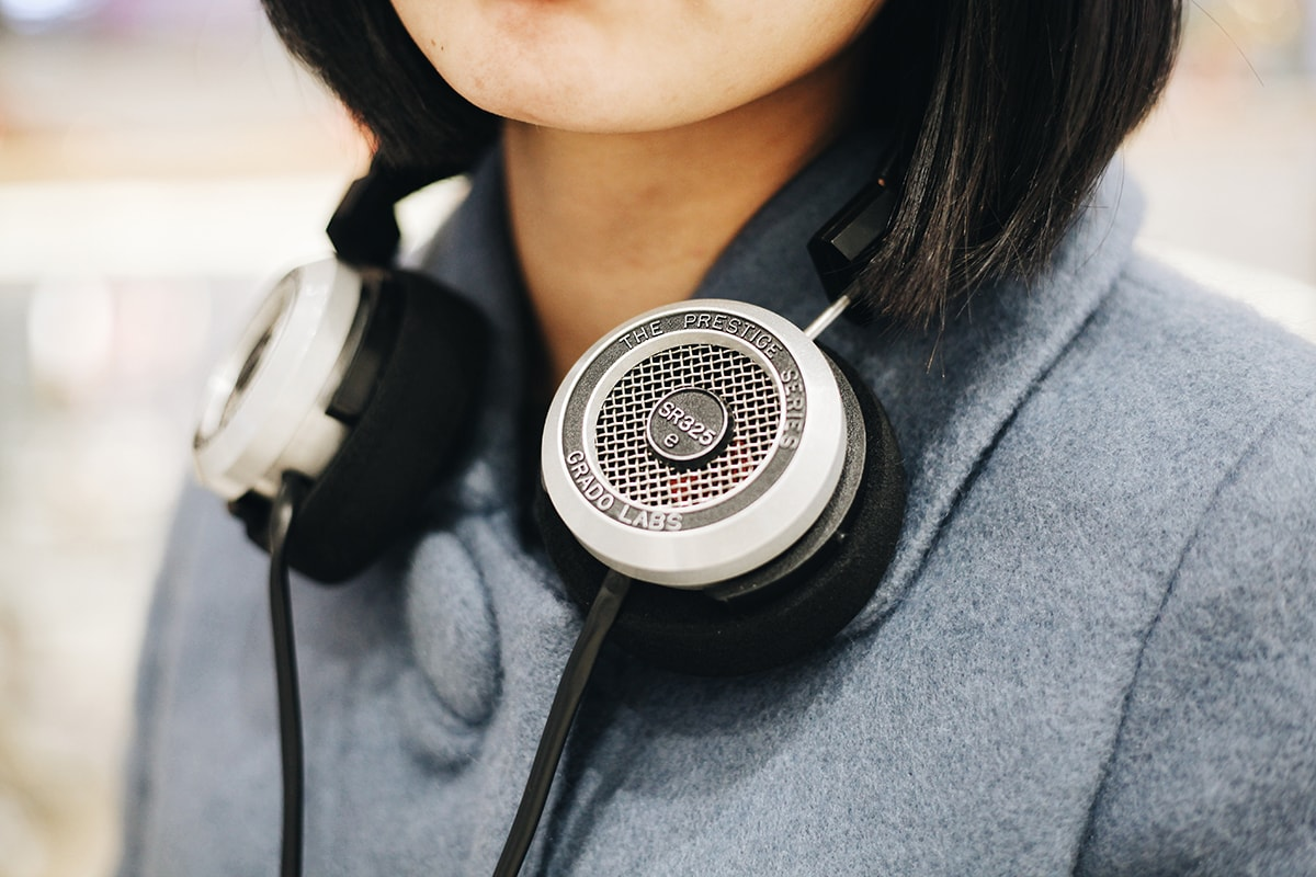 girl-wearing-headphones